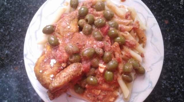 Heerlijk Griekse kip met olijven, feta en penne