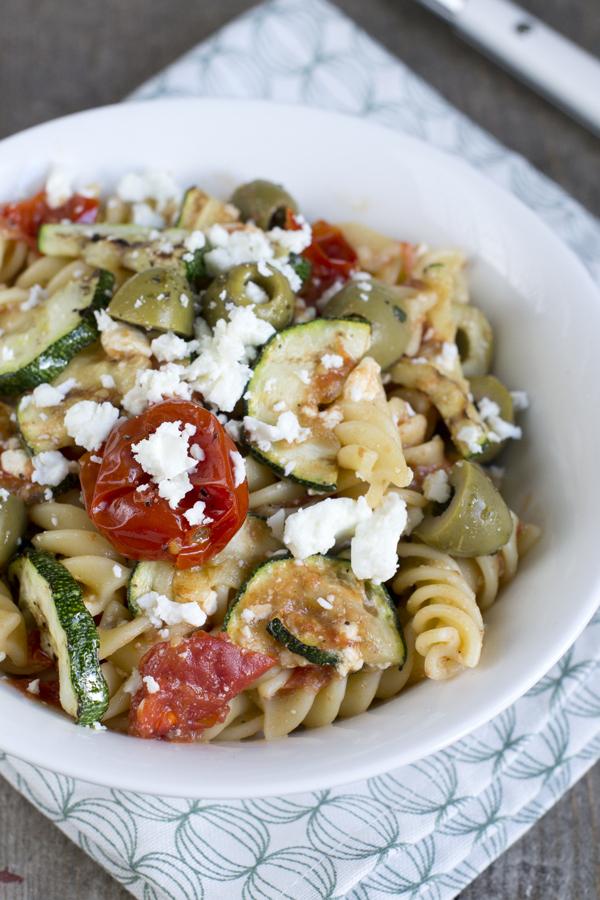 Griekse-pasta-met-tomaatjes-uit-de-oven