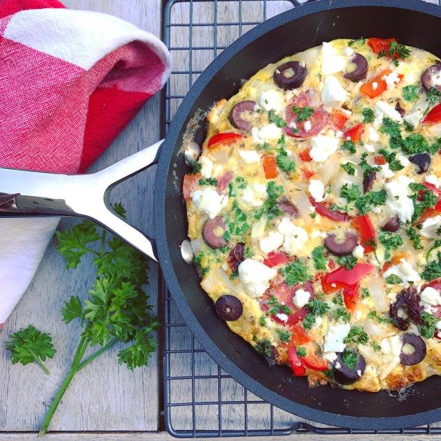 Griekse-frittata-heerlijke-omelet-met-feta-tomaat-en-olijven-1