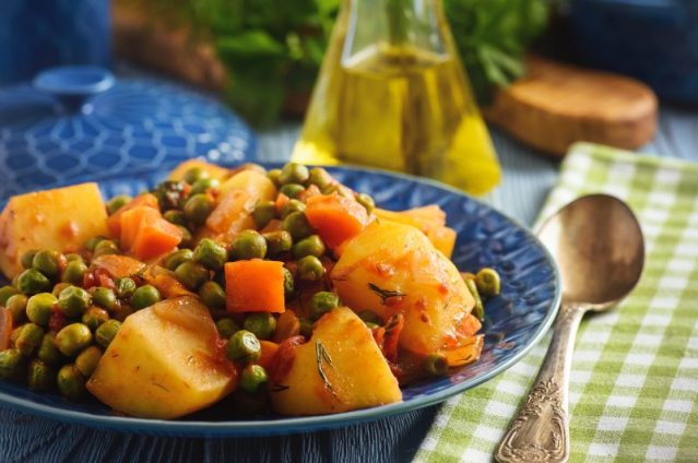 Greek-peas-and-potato-stew-with-tomatoes-Arakas-laderos-kokkinistos-800x532